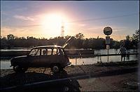 Turbigo (Milano), un pescatore al Canale Industriale con la sua Renault 4 --- Turbigo (Milan), a fisherman at the Canale Industriale canal with his Renault 4