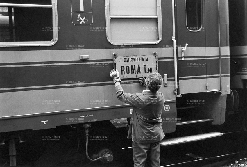 Italy. Lazio Region. Rome. Roma Termini (in Italian, Stazione Termini) is the main railway station of Rome. A train worker is removing the destination sign on a wagon. Rome is the capital city and a special comune of Italy (named Comune di Roma Capitale), as well as the capital of the Lazio region. 1.06.92  © 1992 Didier Ruef
