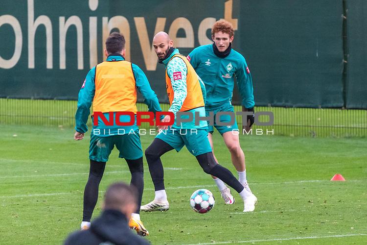 16.11.2020, Trainingsgelaende am wohninvest WESERSTADION - Platz 12, Bremen, GER, 1.FBL, Werder Bremen Training<br /> <br /> Ömer / Oemer Toprak (Werder Bremen #21)<br /> Joshua Sargent (Werder Bremen #19)<br />  ,Ball am Fuss, <br /> <br /> <br /> <br /> Foto © nordphoto / Kokenge *** Local Caption ***