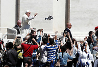 Pope Francis waves at the end of the Palm Sunday Mass in Saint Peter's Square at the Vatican, April 9, 2017. UPDATE IMAGES PRESS/Isabella Bonotto<br /> STRICTLY ONLY FOR EDITORIAL USE