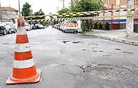 SÃO PAULO,SP,09 DEZEMBRO 2011 - EXPLOSÃO BUEIRO ZONA SUL<br /> A explosão de um bueiro na avenida Dom Pedro 1º, na zona sul de São Paulo, não deixou feridos. Segundo o Corpo de Bombeiros, o local já está sem segurança. <br /> Neste momento, uma equipe da Eletropaulo trabalha no local. FOTO ALE VIANNA - NEWS FREE.