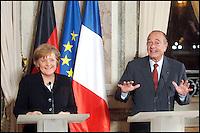 Le PrÈsident de la RÈpublique Francaise, Jacques Chirac (D) et le Chancelier Allemand, Angela Merkel (G) donnent une confÈrence de presse aprËs leur rencontre ‡ la PrÈfecture de Versailles. #
