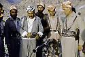 Irak 1985 Dans les zones libérées, région de Lolan, Dr. Said Barzani avec ses peshmergas  Iraq 1985 In liberated areas, Lolan district, Dr. Said Barzani with his peshmergas looking at weapons