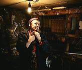 Valentina Sotnikowa, 62 Jahre; mit einem Zuschuss der Hilfsorganisation Mercy Corps konnte sie einen Stall für Kaninchen und Kaninchen anschaffen, es war ihre Idee. Ihr Mann übernimmt das Schlachten. 1 Kg bringt ca. 70 Hr, ein schlachtreifes Kaninchen wiegt etwas unter zwei Kilogramm.