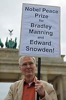 Mitglieder der Protestpartei Piraten, des Chaos Computer Club und verschiedener Friedensgruppen versammelten sich am Donnerstag den 4. Juli 2013 in Berlin vor dem Brandenburger Tor zu einer Solidaritaetskundgebung fuer den US-Whistleblower Edward Snowden. Sie forderten, dass Snowden in Deutschland Asyl gewaehrt werden soll.<br />Im Bild der Buergerechtler Eckart Spoo.<br />4.7.2013, Berlin<br />Copyright: Christian-Ditsch.de<br />[Inhaltsveraendernde Manipulation des Fotos nur nach ausdruecklicher Genehmigung des Fotografen. Vereinbarungen ueber Abtretung von Persoenlichkeitsrechten/Model Release der abgebildeten Person/Personen liegen nicht vor. NO MODEL RELEASE! Don't publish without copyright Christian-Ditsch.de, Veroeffentlichung nur mit Fotografennennung, sowie gegen Honorar, MwSt. und Beleg. Konto:, I N G - D i B a, IBAN DE58500105175400192269, BIC INGDDEFFXXX, Kontakt: post@christian-ditsch.de<br />Urhebervermerk wird gemaess Paragraph 13 UHG verlangt.]