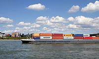 Nederland  Nijmegen  - September 2020 .   Containerschip in de Waal.    Foto : ANP/ Hollandse Hoogte / Berlinda van Dam