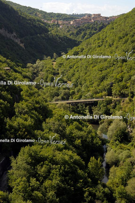 Lago del Turano<br /> Il lago del Turano è un lago artificiale situato in provincia di Rieti (Sabina orientale), nel Lazio, ai margini occidentali della riserva naturale Monte Navegna e Monte Cervia.<br /> La diga del Turano<br /> Il bacino è di origine artificiale: fu realizzato nel 1939 allo scopo di produrre energia idroelettrica.<br /> <br /> <br /> Turano Lake<br /> Lake Turano is an artificial lake located in the province of Rieti (eastern Sabina), in Lazio, on the western edge of the Monte Navegna and Monte Cervia nature reserve.<br /> The Turano dam<br /> The basin is of artificial origin: it was built in 1939 for the purpose of producing hydroelectric energy.