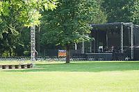 Musiker Purple Schulz tritt im Waldschwimmbad Mörfelden auf und ist beim Soundcheck vor leeren Stühlen - Mörfelden-Walldorf 16.07.2021: Konzert Purple Schulz