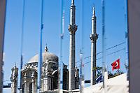 Europe/Turquie/Istanbul : Mosquée de Mecidiye - Quartier de Ortaköy -reflet dans la décoration d'un bar