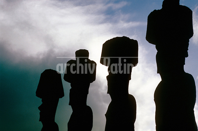 Easter Island, descovered by the occident in a Easter day in 1722, belongs to Chili since  september 1888. With a poupulation of 4000 just 700 are considered Rapa Nui, directly discendent from the first polinesic habitants.