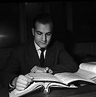 Chez Monsieur Amiel. Le 4 Décembre 1957. Vue de Max Guibert, joueur du Stade Toulousain, lisant un livre.