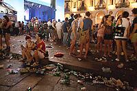 01/07/2012 Finale dei campionati europei di calcio 2012  Italia - Spagna: delusione dei tifosi in piazza a Torino. Rifiuti lasciati per terra dopo la partita.