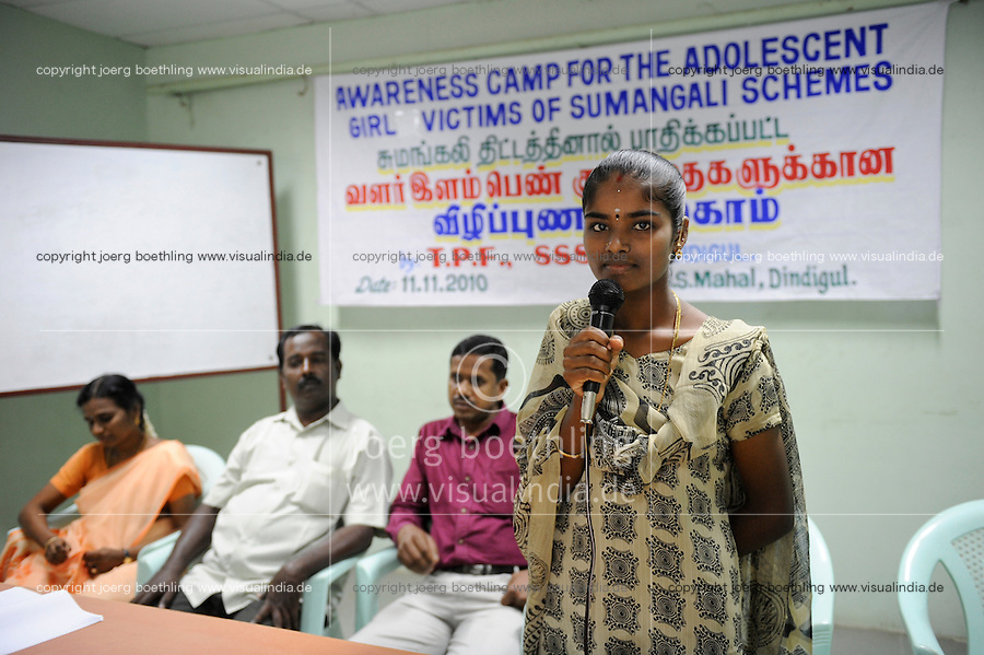 INDIA Tamil Nadu, Sumangali system / Indien Tamil Nadu, Dindigul ,  Maedchen Kowsalya 18 Jahre , Portraits von Frauen die in der Textilindustrie vorwiegend in Spinnereien nach dem Sumangali System gearbeitet haben, sie werden von den  NGO s SSSSS und SAVE rechtlich vertreten um ihre Ansprueche geltend zu machen, Maedchen Kowsalya 18 Jahre