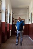 Der Schulleiter Micul der öffentlichen Staatsschule von Rosia. / Eine der 25 Waldorfschulen Rumäniens liegt in dem fast ausschließlich von Roma bewohnten Dorf Rosia in der Mitte des Landes. Anders als in Deutschland kommen die Schüler nicht aus bürgerlichen Familien, sondern meist aus einfachen Verhältnissen.