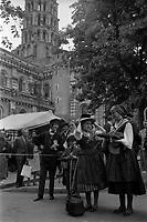 Place Saint-Sernin. Le 21 Juin 1971. Vue des toulousaines constumées localement durant le marché aux puces.