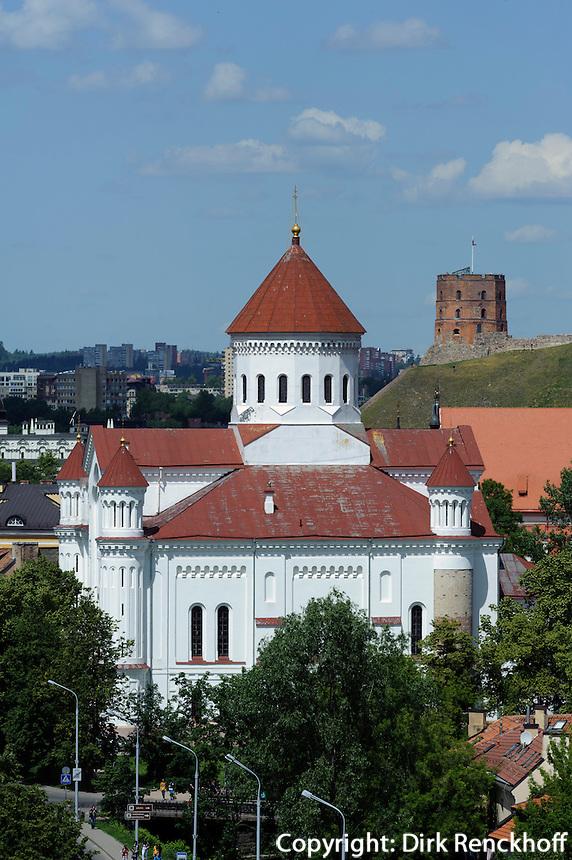 Orthodoxe Kirche der heiligen Mutter Gottes und Gediminas-Turm in Vilnius, Litauen, Europa, Unesco-Weltkulturerbe
