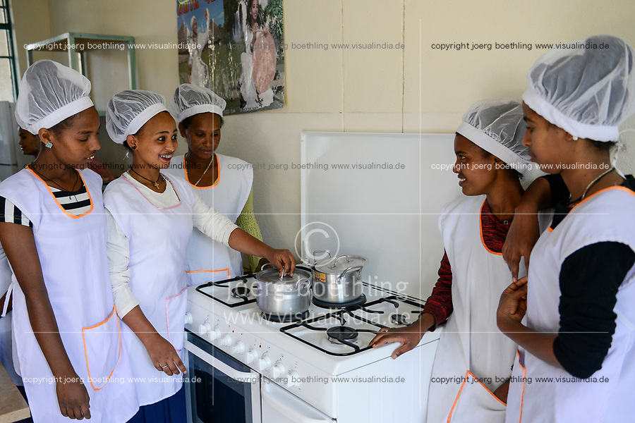ETHIOPIA, Tigray, Shire, girls in cooking class / AETHIOPIEN, Tigray, Shire, Kochausbildung fuer Maedchen