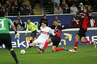 Zweikampf zwischen Roberto Hilbert (VfB Stuttgart) und Mounir Chaftar (Eintracht Frankfurt)