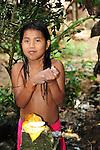 Indígenas emberá / comunidad indígena emberá, Panamá.<br /> <br /> Niña indígena lavándose las manos.