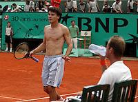 20030606, Paris, Tennis, Roland Garros,  Corio langs de rand van de afgrond ontkomt hij disqualificatie door het gooien van een racker naar een ballenmeisje.