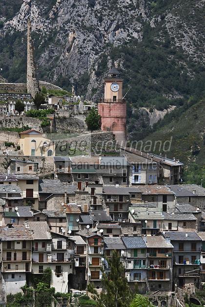 Europe/France/Provence-Alpes-Côtes d'Azur/06/Alpes-Maritimes/Alpes-Maritimes/Arrière Pays Niçois/tende:  Vue sur les toits de lauzes du village et les vestiges du Château de Lascaris