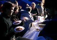 Volontari distribuoscono la cena agli sfollati nella tendopoli allestita nel paese di San Vittorino, vicino L'Aquila, in Abruzzo, 8  aprile 2009, dopo il terremoto che ha colpito la regione..Volunteers give dinner to survivors in a tent-camp set up by the civil protection agency in the village of San Vittorino, central Italy, 8 april 2009, after the earthquake that hit the region Abruzzo..UPDATE IMAGES PRESS/Riccardo De Luca