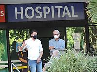Recife (PE), 22/03/2021 - Covid-Recife - Familiares esperam liberação de corpos no Hospital de Referência em Covid em Boa Viagem no Recife nesta segunda-feira (22).