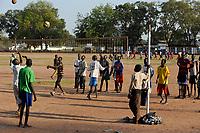 SOUTH SUDAN  Bahr al Ghazal region , Lakes State, town Rumbek , freedom oder Independence Square, young people play volley ball / SUED-SUDAN  Bahr el Ghazal region , Lakes State, Rumbek, Jugendliche spielen Volleyball am zentralen Unabhaengigkeitsplatz