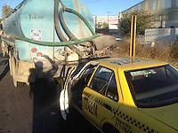 Querétaro, Qro. 29 de diciembre de 2015.- Un taxi se impacta en contra de la parte trasera de una pipa de agua cuando circulaba carretera libre a Celaya a la altura de Balvanera en este percance no hubo personas lesionadas.<br /> <br /> Foto: Oscar Aguilar.