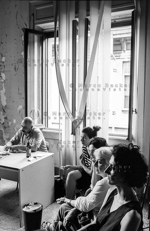 """Milano, un collettivo di """"Lavoratori dell'Arte e dello Spettacolo"""" occupa un edificio inutilizzato facente parte dell'ex macello per dare vita a un nuovo centro per le arti e la cultura chiamato MACAO. Assemblea. Finestre --- Milan, a collective of """"Arts and Entertainment Workers"""" occupy an unused building part of the former slaughterhouse, in order to create a new centre for arts and culture called MACAO. Assembly. Windows"""
