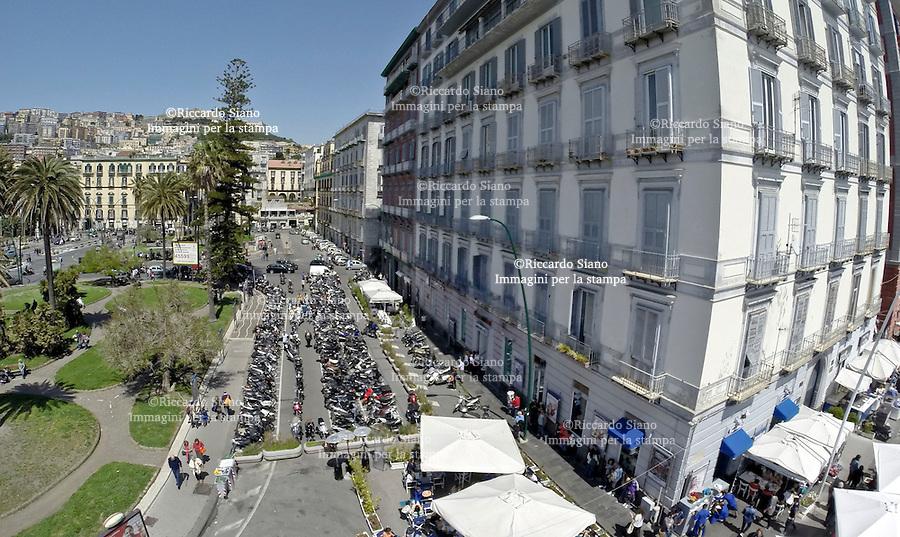 - NAPOLI 22 APR  2014 - piazza vittoria  parcheggio motorini