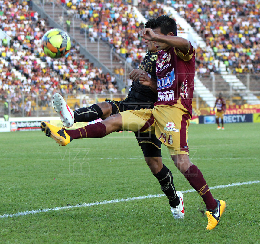 IBAGUÉ -COLOMBIA, 7-07-2013. David Silva (Der) del Deportes Tolima  disputa el balón con Jhonny Vásquez  (Izq) del Itagüi  durante partido de los cuadrangulares finales, fecha 6, de la Liga Postobón 2013-1 jugado en el estadio Manuel Murillo Toro de la ciudad de Ibagué./ Davis Silva (Right) Tolima fights for the ball with Jhonny Vásquez (L) of the match Itagui during the final runs, date 6 of the 2013-F1 Postobón League played at the stadium Manuel  Murillo Toro in Ibague.<br /> . Photo: VizzorImage/ Felipe Caicedo/ STAFF