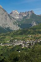 France, Pyrénées-Atlantiques (64), Béarn, vallée d'Aspe, le village et le cirque de Lescun //  France, Pyrenees Atlantiques ,Bearn, Aspe Valley, Lescun: village and Lescun cirque