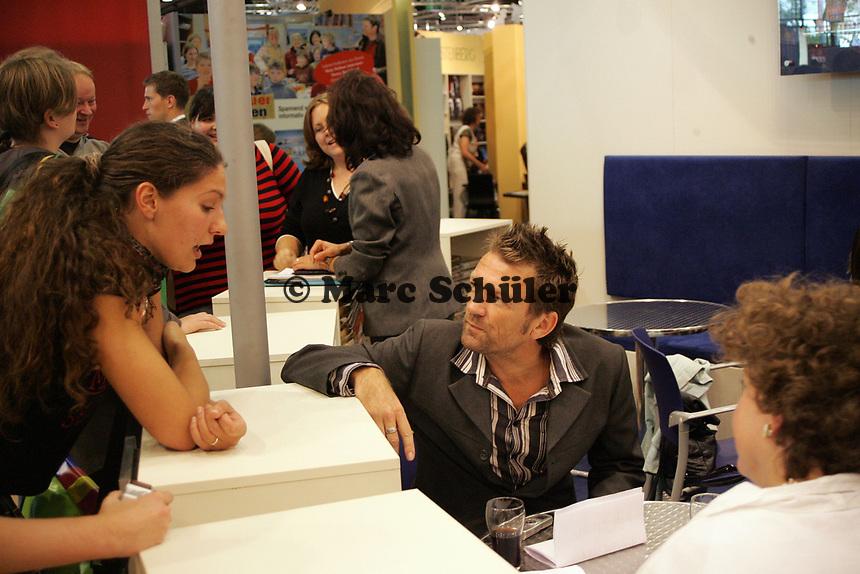 Autor Michel Barbaek im Gespräch mit Fans