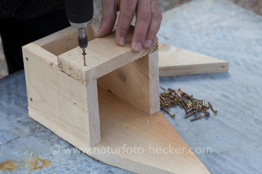 Selbstgebaute Holz-Nistkästen, Nistkasten für Vögel aus Holz, Vogelkasten, Meisenkasten selber bauen, selbst bauen, Basteln, Bastelei. Schritt 5: ein Teil der Front des Nistkastens wird angeschraubt