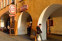 Arkaden am Rathausplatz in Jelenia Gora (Hirschberg), Woiwodschaft Niederschlesien (Województwo dolnośląskie), Polen, Europa<br /> Arcades at Market square  in Jelenia Gora, Poland, Europe