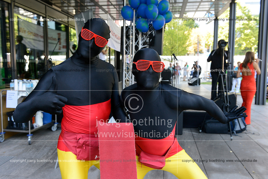 BMZ Tag der offenen Tür 2015, Hauptbühne, Pantomine in deutscher Flagge