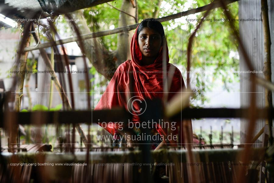 BANGLADESH, District Tangail, Kalihati, village Southpara, cottage industry, young woman working at spinning machine / BANGLADESCH, Distrikt Tangail, Kalihati, Dorf Southpara, Mongila Khatun, 16 Jahre alt, arbeitet in einer kleinen Spinnerei