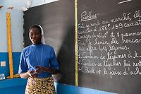 NIGER, Maradi, catholic church, social projects, school Zaria SJC, order sister teaches french language / soziale Projekte der katholischen Kirche, Zaria SJC Schule