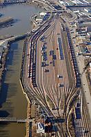 Hafenbahnhof Hamburg Sued: DEUTSCHLAND, GERMANY, Im Jahr 1893 wurde der Hafenbahnhof als Niedernferder Bahnhof im Hamburger Hafen eroeffnet.  In diesem Jahr wurde eine direkte Verbindungskurve zum Rangierbahnhof Wilhelmsburg an der Strecke Hamburg Harburg eröffnet. Anschlussgleise zur Erschließung von Hafenbecken in diesem Teil des Hamburger Hafens waren seit 1880 angelegt worden. 1886 wurden auf dem spaeteren Bahnhofsgelaende suedlich des Veddeler Damms Sammelgleise angelegt, die der Sortierung von Gueterwagen dienten. Der Hafenbahnhof ist seit dem im Betrieb. <br /><br />Europa, Deutschland, Hamburg, Gueter, Zug, Gueterzug, umsetzen, rangieren, Ordnung, Transport, Transport, Lasten, Verbindung, Schienen, Netz, Reihe, Symbol, Logistik, Bahn, Deutsche, DB, kein Personenverkehr, Schienen, Schienenverkehr, Bahnverkehr, Gleisverkehr, Verbindung, Zugverbindung, Zugverkehr, Zug, Infrastruktur, Rangierbahnhof, Strang, Straenge, Luftbild, Draufsicht, Luftaufnahme, Luftansicht, Luftblick, Flugaufnahme, Flugbild, Vogelperspektive , Aufwind-Luftbilder, Container, Kraftfahrzeuge, Auto,<br />c o p y r i g h t : A U F W I N D - L U F T B I L D E R . de<br />G e r t r u d - B a e u m e r - S t i e g  1 0 2,  <br />2 1 0 3 5  H a m b u r g ,  G e r m a n y<br />P h o n e  + 4 9  (0) 1 7 1 - 6 8 6 6 0 6 9 <br />E m a i l      H w e i 1 @ a o l . c o m<br />w w w . a u f w i n d - l u f t b i l d e r . d e<br />K o n t o : P o s t b a n k    H a m b u r g <br />B l z : 2 0 0 1 0 0 2 0  <br />K o n t o : 5 8 3 6 5 7 2 0 9<br /> V e r o e f f e n t l i c h u n g  n u r    m i t  H o n o r a  n a c h  MFM, N a m e n s n e n n u n g und B e l e g e x e m p l a r !