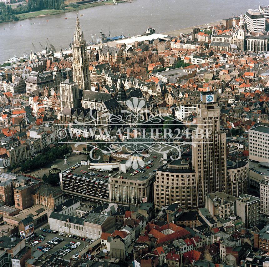 September 1986 Boerentoren en Kathedraal in Antwerpen.