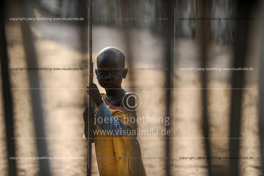 SOUTH-SUDAN Lakes state, Rumbek, Dinka child looking through fence / SUED-SUDAN Rumbek, Dinka Kind schaut durch einen Zaun
