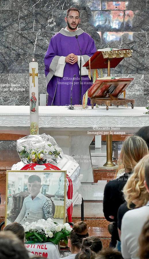 - NAPOLI 12 SET 2014 - il parroco don Lorenzo Manco all'omelia dei funerali di Davide Bifolco, ucciso da un carabiniere durante un inseguimento.