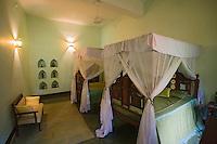 Afrique/Afrique de l'Est/Tanzanie/Zanzibar/Ile Unguja/Stone Town: Hotel Beyt al Chai - une chambre avec ses vieux meubles, lit a baldaquin, voilages.