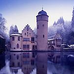 Europa, DEU, Deutschland, Bayern, Spessart, Mespelbrunn, Schloss, Wasserschloss Mespelbrunn, Winter, Abenddaemmerung, Schloss Mespelbrunn ist der Inbegriff des Spessarts. Am Espelborn erhielt Ritter Hamann Echter aus dem Odenwald 1412 vom Mainzer Erzbischof Johann ein Stueck Land fuer treue Dienste. Mehr als vier Jahrhunderte lang hatte das Adelsgeschlecht in dem stillen Seitental der Elsava seinen Stammsitz. Im 16. Jahrhundert bauten die Rittersleute Echter die Wasserburg zu einem behaglichen Renaissanceschloss aus. Die Echters liebten die Stille der Waelder mehr als die Pracht der fuerstlichen Hoefe. Das mag aber vielleicht an dem Bann von Kaiser Barbarossa gelegen haben, der die Brueder Echter zu diesem abgeschiedenen Leben zwang. Das Wasserschloss ist noch heute Sitz der graeflichen Familie., Themen und Kategorien - Architektur, Haeuser, Altbauten, Immobilien, Architektonisch, Architekturstil, Bauwerk, Bauwerke, Gebaeude, Historisch, Architekturfoto, Architekturphoto, Architekturfotografie, Architekturphotographie, Schloss, Schloesser, Burgen, Burg, Mittelalter, Mittelalterlich, Wehranlagen..[Fuer die Nutzung gelten die jeweils gueltigen Allgemeinen Liefer-und Geschaeftsbedingungen. Nutzung nur gegen Verwendungsmeldung und Nachweis. Download der AGB unter http://www.image-box.com oder werden auf Anfrage zugesendet. Freigabe ist vorher erforderlich. Jede Nutzung des Fotos ist honorarpflichtig gemaess derzeit gueltiger MFM Liste - Kontakt, Uwe Schmid-Fotografie, Duisburg, Tel. (+49).2065.677997, fotofinder@image-box.com, www.image-box.com]