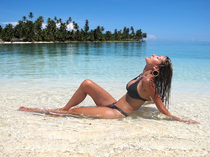 Indígenas guna / mujer tomando el sol en la comarca de Guna Yala, Panamá.<br /> <br /> Guna indians / woman sunbathing in Guna Yala region / Panama.
