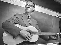 Ontario Liberal leader Robert Nixon strums on a guitar while campaigning in Ryerson Public School in Toronto. The Liberals are pushing reform policies hard and say 28 years of Conservative rule is enough.<br /> <br /> Photo : Boris Spremo - Toronto Star archives - AQP