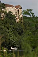 Europe/France/Midi-Pyrénées/46/Lot/Cénevières:Bateau de Tourisme fluvial à l'écluse sur la vallée du Lot et le Château