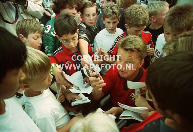 Deventer,24-07-99  Foto:Koos Groenewold (APA)<br />Louis van Gaal wordt belaagd door handtekeningenjagers.Onlangs zette hij een handtekening in Barcelona onder een nieuw contact die hem de komende tijd aan de Spaanse club verbindt.