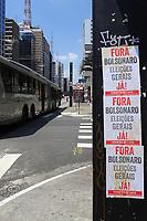 SÃO PAULO, SP, 18.03.2020 - PROTESTO-SP - Cartazes pedindo Fora Bolsonaro podem ser vistos em postes na Avenida Paulista, em São Paulo, nesta quarta-feira, 18. (Foto Charles Sholl/Brazil Photo Press/Folhapress)